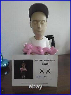 Sculpture Steet Art AUTHORS PROJECT KAWS PINK